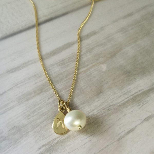 Alphabet pearl necklace gold